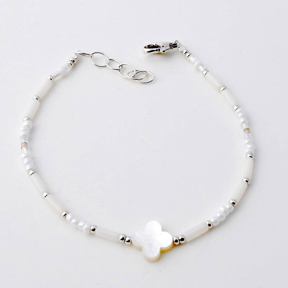 Bracelet trèfle en nacre blanche et corail blanc.