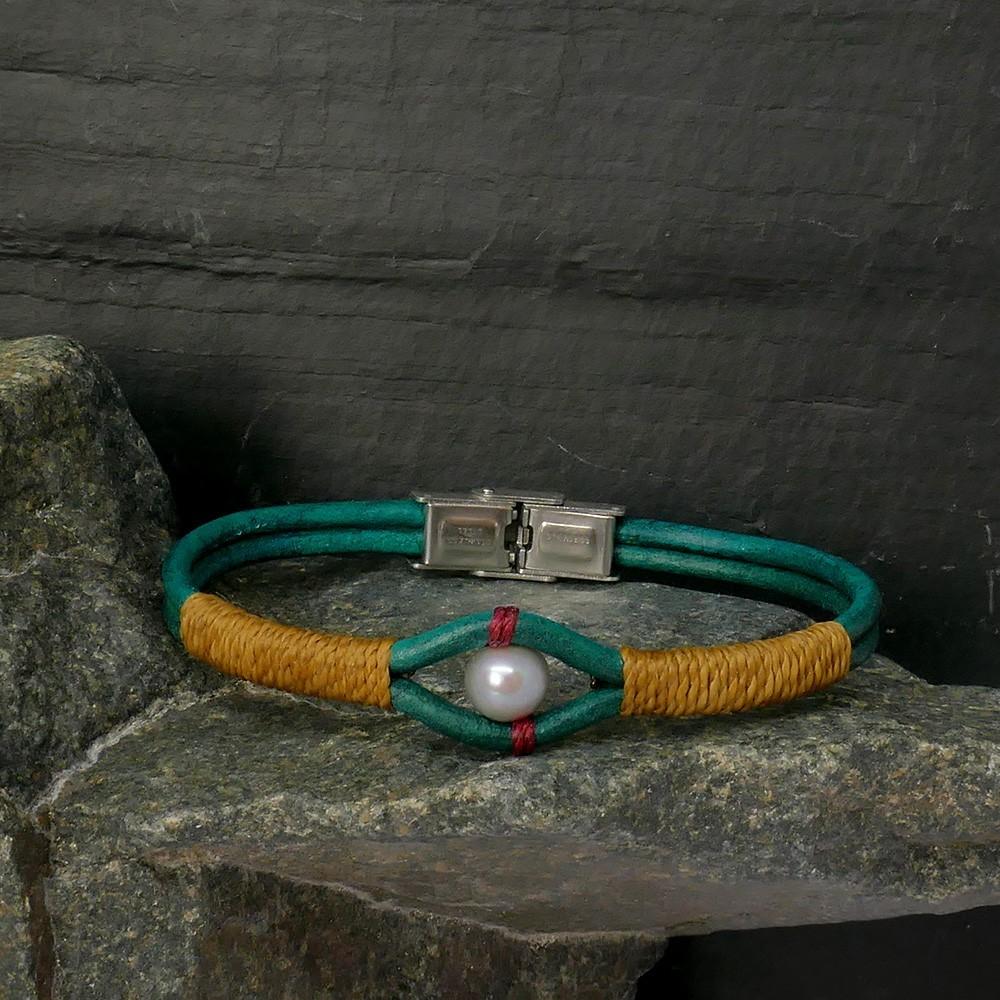 Bracelet en cuir vert émeraude et perle de culture grise