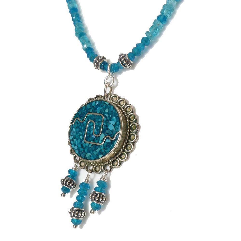 Collier  bleu en apatite du Mexique. Détail du médaillon en argent