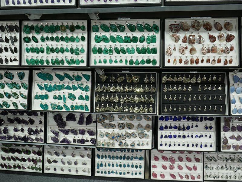 Pendentifs en argent avec des pierres rares et précieuses